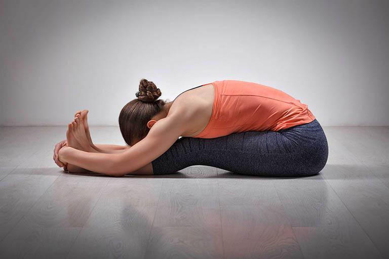 Bài tập yoga tư thế gập người vươn mình điều trị thoái hóa khớp gối