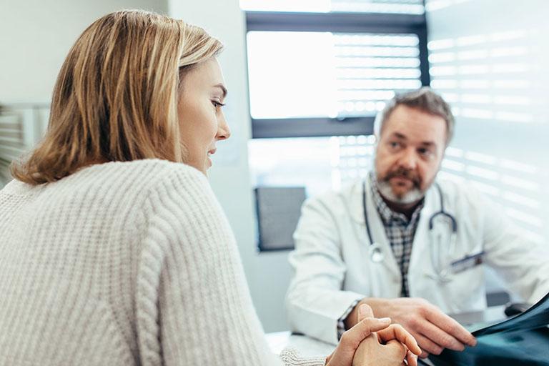 Tiến hành thăm khám để biết chính xác mức độ bệnh trĩ nội đang mắc phải