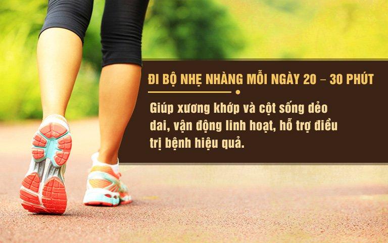 Người bệnh nên đi bộ nhẹ nhàng mỗi ngày để các khớp linh hoạt