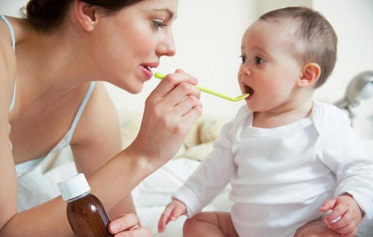 Bố mẹ có thể cho bé dùng các loại siro để loại bỏ tình trạng bệnh