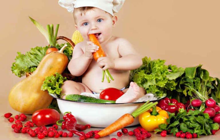 Mẹ nên bổ sung thêm nhiều trái cây và rau xanh cho bé
