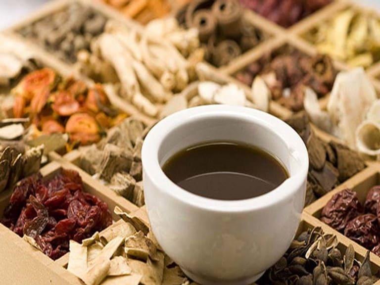Dùng lá đinh lăng kết hợp với các vị thuốc Đông y sẽ tăng hiệu quả cải thiện tình trạng mất ngủ và đau đầu