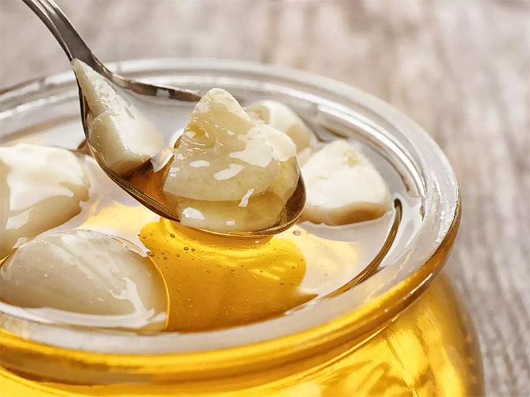 Tỏi ngâm mật ong giúp đẩy lùi nhanh các cơn ho, đau rát cổ họng ở trẻ nhỏ