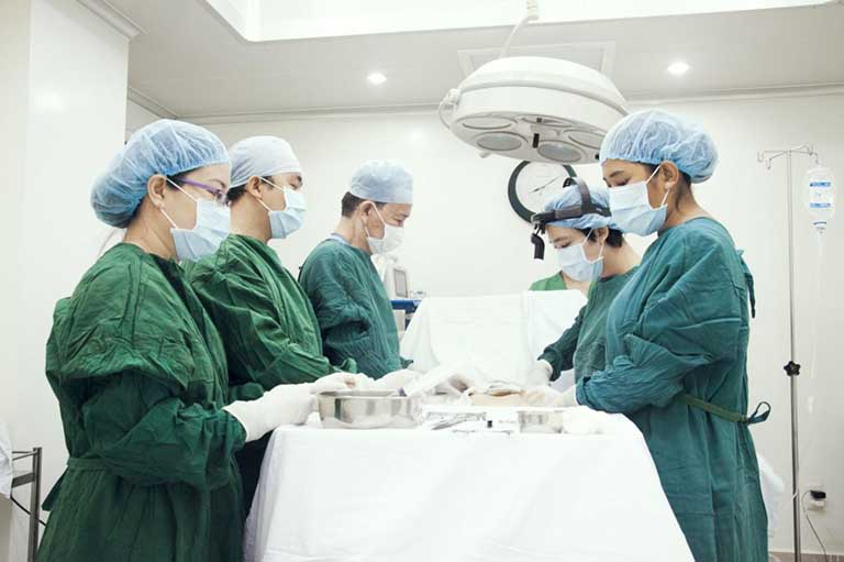 Nên thực hiện cắt trĩ bằng tia laser CO2 tại các cơ sở y tế uy tín và đội ngũ bác sỹ chuyên nghiệp