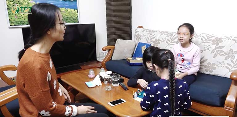 Bé Tùng Chi và chị Lâm Thanh vui vẻ trò chuyện