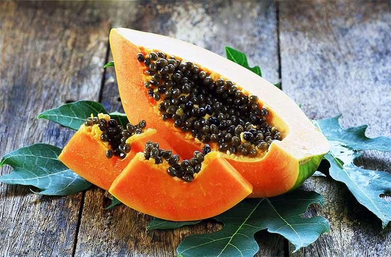 Hợp chất papain có trong hạt đu đủ chiếm khá cao. Thành phần này có tác dụng ăn mòn gai cột sống, kháng khuẩn và giảm các cơn đau do bệnh thoát vị đĩa đệm gây nên