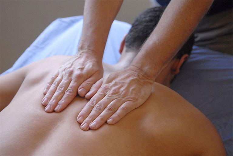 Xoa bóp, bấm huyệt giúp đẩy lùi nhanh chóng các tình trạng nhức mỏi lưng, đau nhức xương khớp do bệnh thoát vị đĩa đệm gây ra