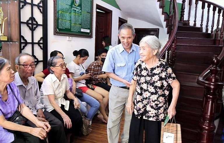 Đông đảo bệnh nhân thăm khám tại Trung tâm Thuốc dân tộc