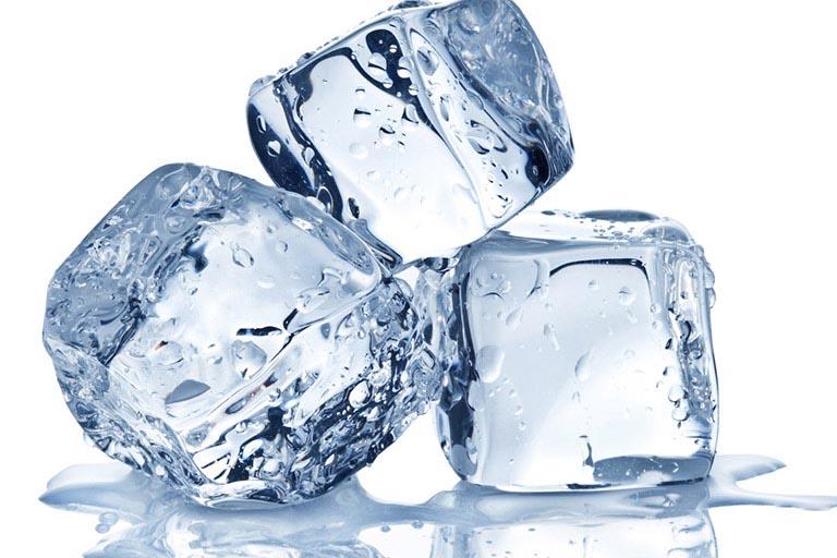 Chườm nước đá có tác dụng làm co búi trĩ và giảm đau hiệu quả