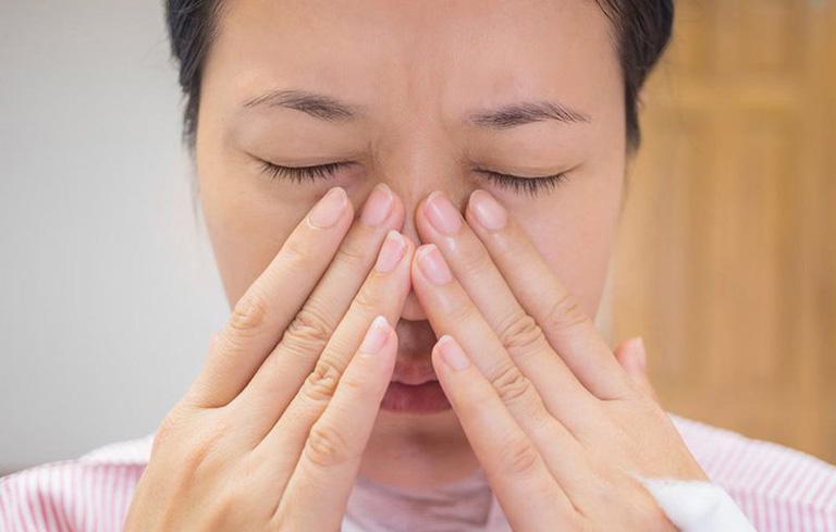 Đau xung quanh mũi cũng là triệu chứng viêm mũi dị ứng