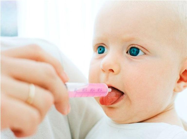 Điều trị ho gà ở trẻ bằng thuốc kháng sinh nhằm tiêu diệt mầm bệnh