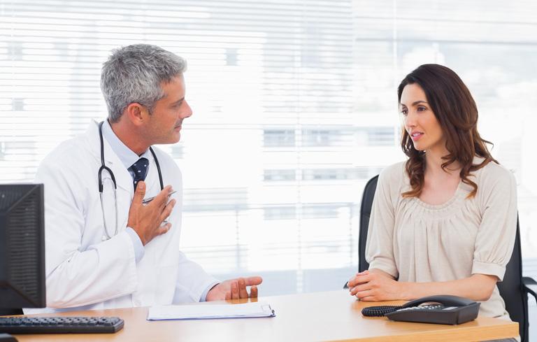 Bác sĩ sẽ tiến hành kiểm tra sức khỏe người bệnh, sau đó kê đơn thuốc tiêu viêm trước khi thực hiện thủ thuật