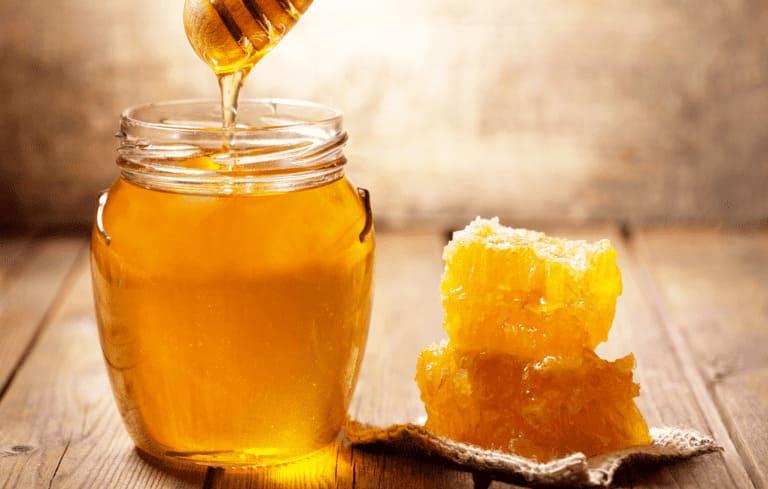 Mật ong có tác dụng kháng viêm và rất tốt cho cổ họng
