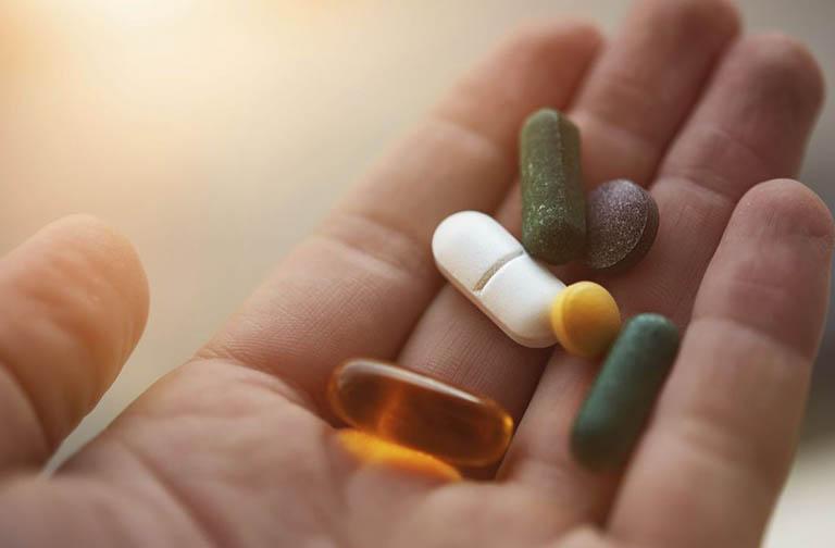 Sử dụng thuốc Tây điều trị theo đơn kê của bác sĩ chuyên khoa