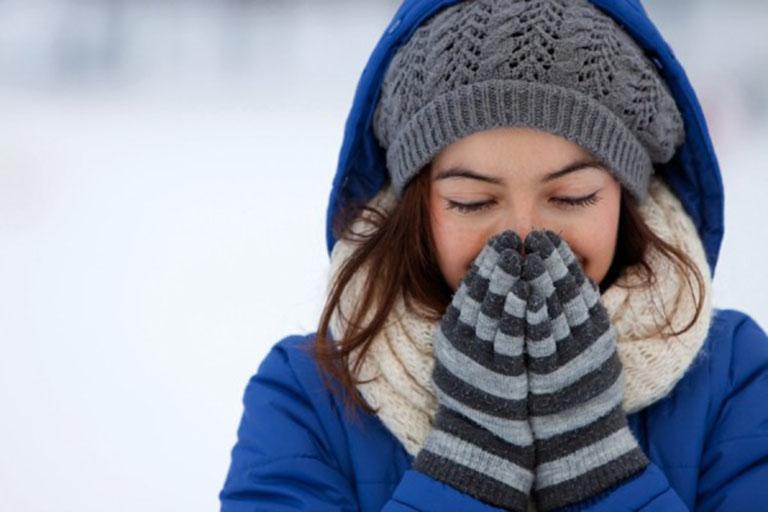 Người bệnh nên giữ ấm cơ thể vào những ngày trời chuyển lạnh để phòng ngừa ho có đờm