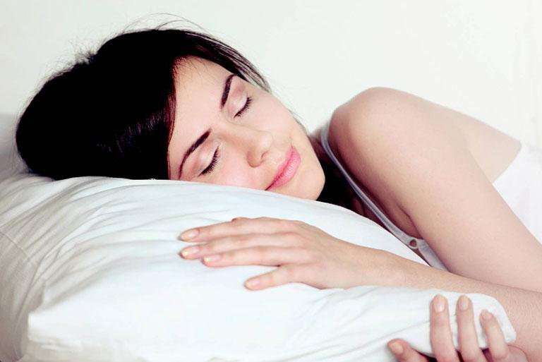 Kê cao gối khi đi ngủ có tác dụng hạn chế cơn ho về đêm do trào ngược acid dạ dày gây ra