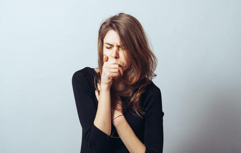 Ho khan, đau rát cổ họng là triệu chứng điển hình của bệnh