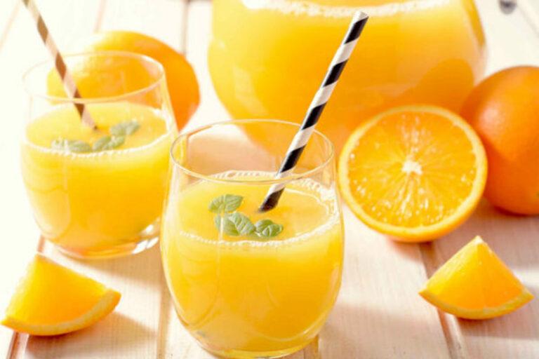 Uống đủ 2 lít nước mỗi ngày. Trong đó bổ sung thêm các loại nước ép họ nhà cam sẽ rất tốt cho điều trị ho kéo dài sau sinh