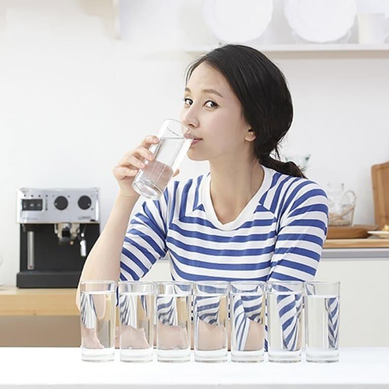 Khi bị trĩ nội, bạn nên uống nhiều nước để cải thiện tình trạng bệnh