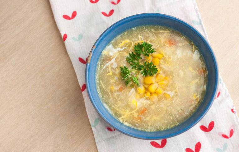 Nên cho trẻ ăn thức ăn lỏng như cháo, súp khi bị viêm amidan