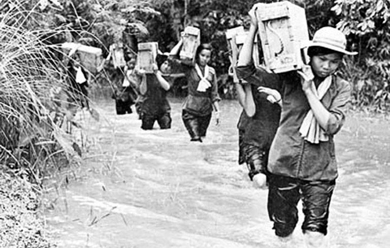 Các nữ thanh niên xung phong làm nhiệm vụ (Ảnh: Tư liệu)