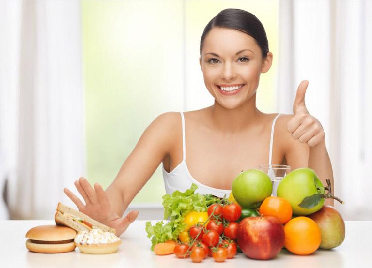 Người bệnh nên có chế độ sinh hoạt, ăn uống khoa học để ngừa mụn hiệu quả
