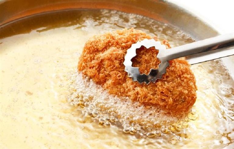 Người bị mụn nên kiêng ăn thực phẩm nhiều dầu mỡ, đồ cay nóng