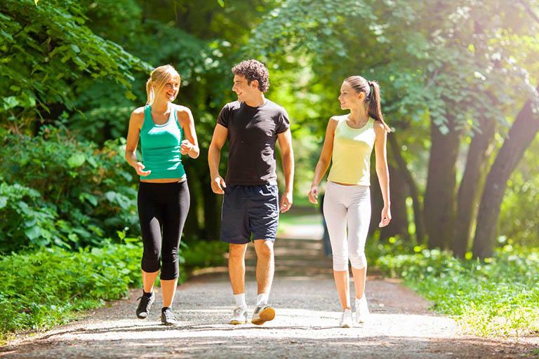 Lợi ích của việc đi bộ đối với người bị thoái hóa khớp gối