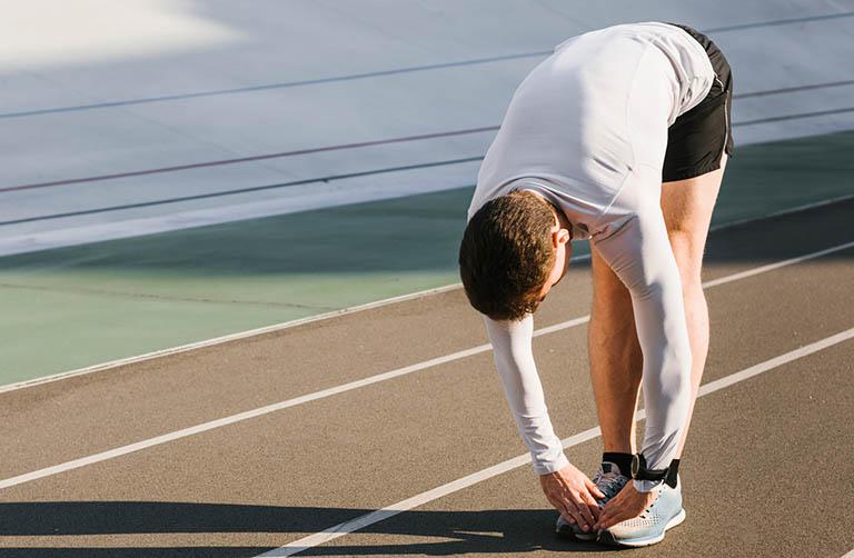Người bị thoái hóa khớp gối đi bộ như thế nào là đúng cách?