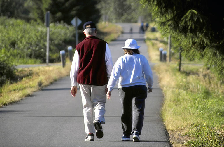 Người bị thoái hóa khớp gối cần lưu ý những gì khi đi bộ?
