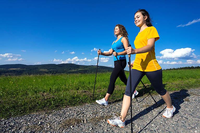 Người bị thoái hóa khớp gối có nên đi bộ không?