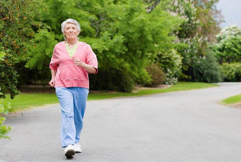 Người bị thoát vị đĩa đệm có nên đi bộ không?