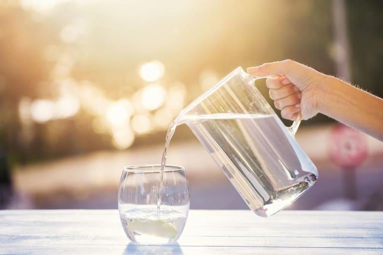 Uống đủ lượng nước mỗi ngày sẽ giúp quá trình chữa viêm phụ khoa thuận lợi hơn