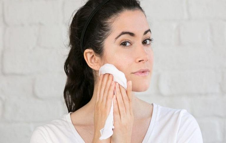 Vệ sinh da mặt không sạch sẽ là nguyên nhân gây mụn trứng cá