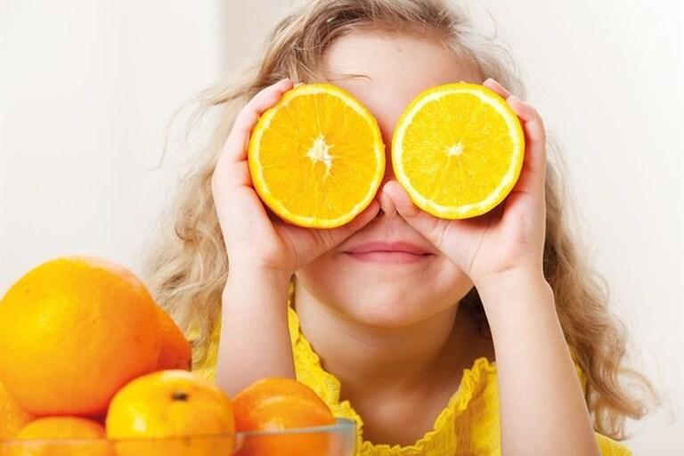 Nhiều người tin vitamin C có thể làm chậm quá trình thoái hóa điểm vàng. Thực tế điều này vẫn chưa được chứng minh rõ ràng