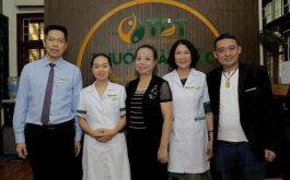 Hình ảnh NS Chiến Thắng và NS Thu Hà đến Trung tâm Thuốc dân tộc chữa bệnh dạ dày - đại tràng
