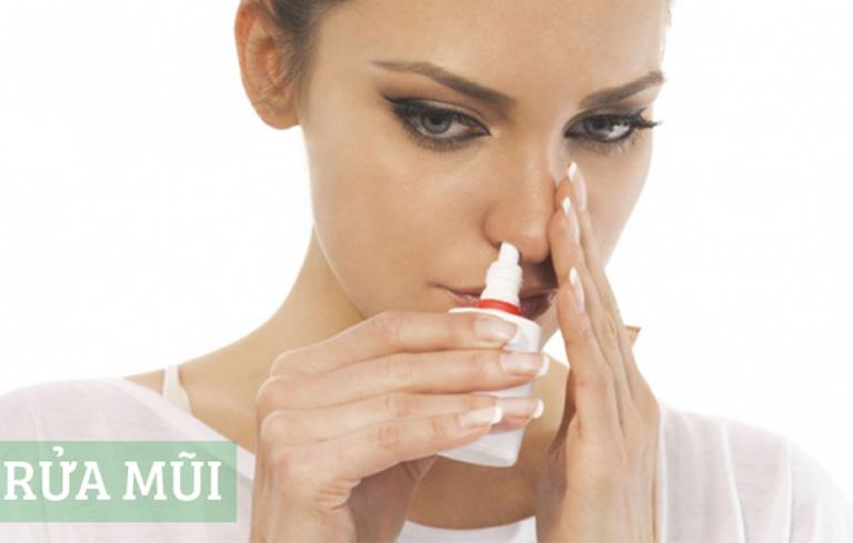 Rửa mũi hàng ngày để làm sạch dịch nhầy do viêm xoang