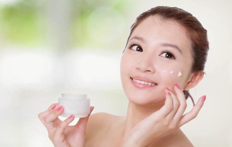 Sử dụng kem trị mụn, bạn cần lưu ý chọn sản phẩm có thành phần an toàn với làn da