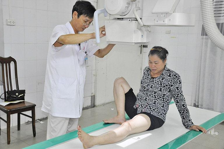 Thăm khám, chụp chiếu để xác định nguyên nhân thoái hóa ở khớp gối và cách chữa