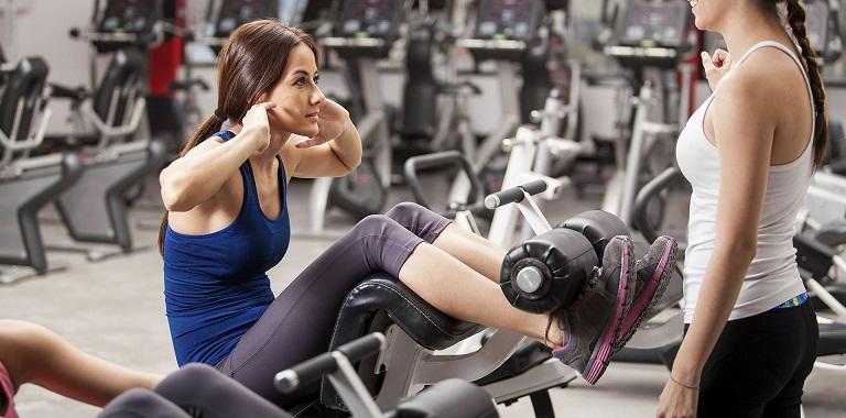 Người bị thoái hóa khớp gối nên tập gym với huấn luyện viên để đảm bảo an toàn