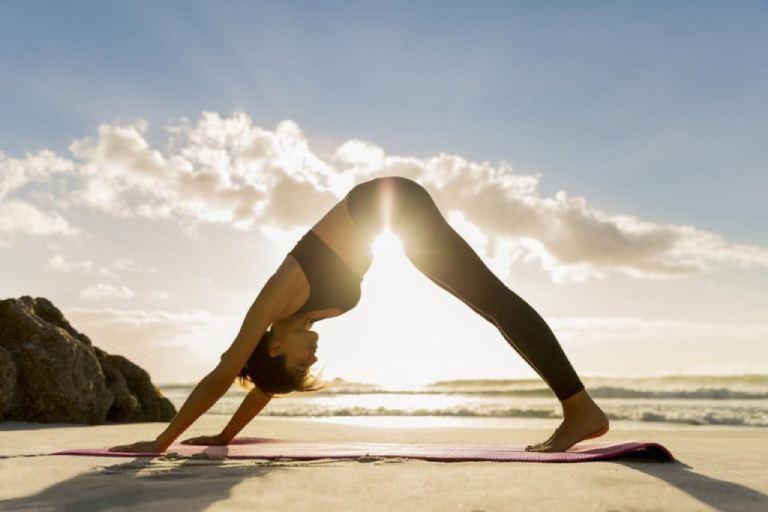 Chăm vận động, luyện tập các động tác yoga nhẹ nhàng sẽ giúp phòng ngừa các bệnh xương khớp