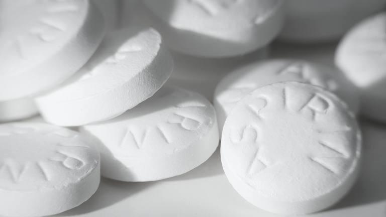 Aspirin là loại thuốc giảm đau thuộc nhóm NSAID dùng để giảm các cơn đau do thoát vị đĩa đệm gây ra