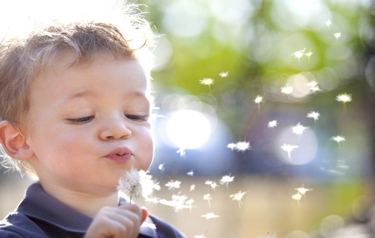 Trẻ em có thể bị viêm mũi dị ứng khi tiếp xúc với các dị nguyên ngoài môi trường