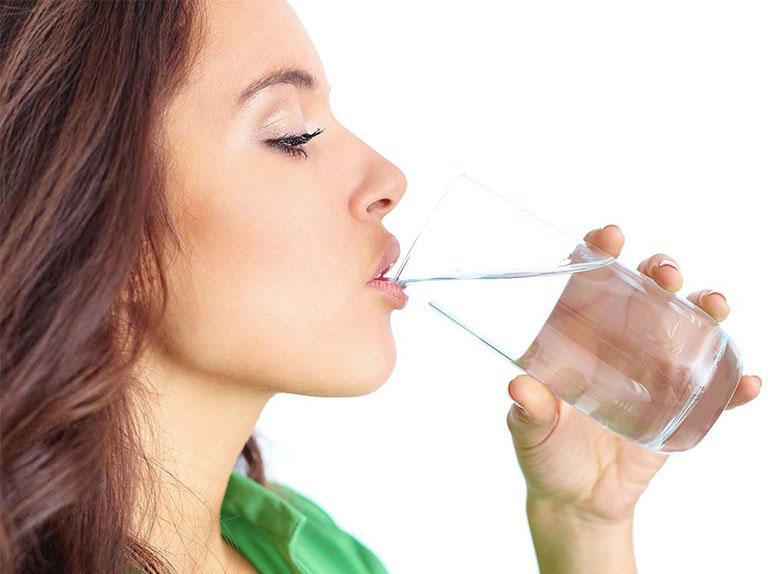 Bổ sung đủ nước cho cơ thể mỗi ngày giúp hạn chế nguy cơ táo bón và hình thành trĩ