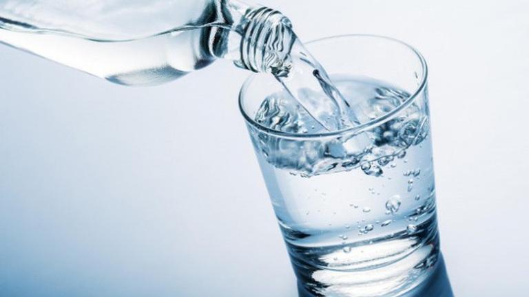 Uống nhiều hơn 2 lít nước mỗi ngày để hỗ trợ điều trị bệnh trĩ tốt hơn