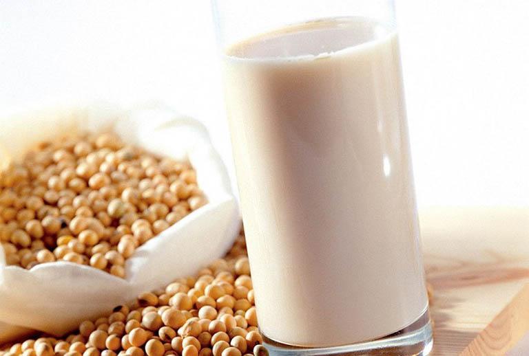 Uống sữa đậu nành không gây yếu sinh lý ở nam giới