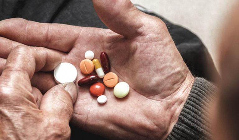 Sử dụng thuốc Tây để chữa ho về đêm ở người già