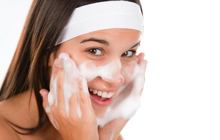 Vệ sinh da mặt sạch sẽ mỗi ngày giúp phòng ngừa mụn bọc mủ
