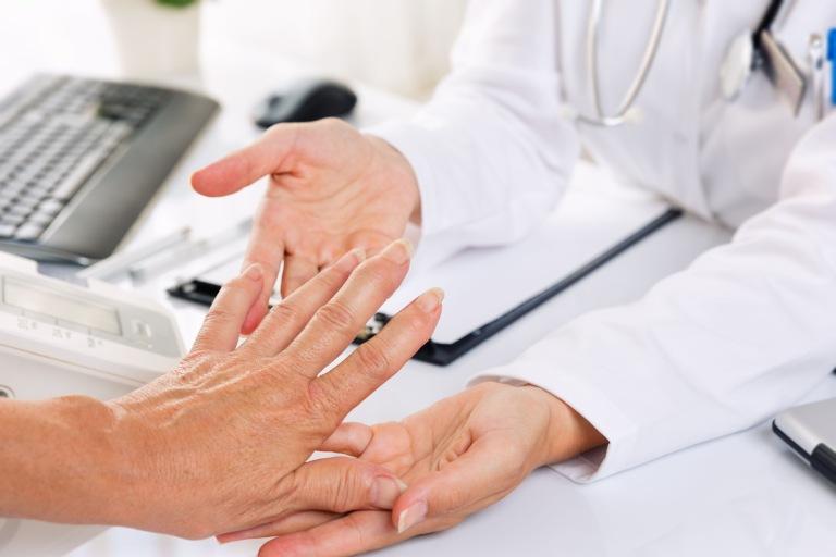 Viêm khớp dạng thấp gây đầu gối nhức mỏi