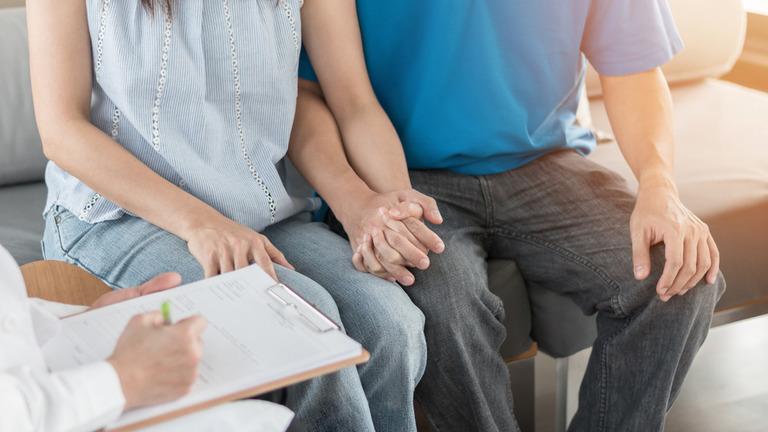 Trước khi thực hiện kỹ thuật IVF, cả hai vợ chồng đều phải thực hiện hàng loạt các hoạt động thăm khám